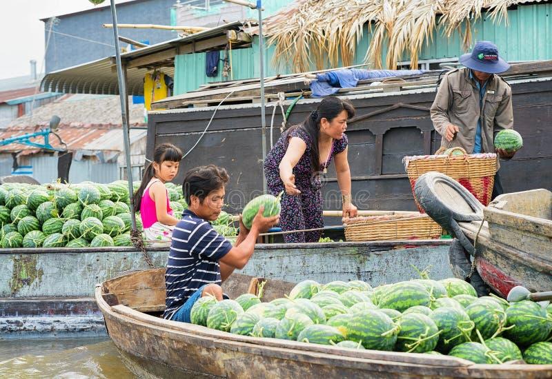 Famille vendant des pastèques flottant le delta le Mékong Can Tho Vietnam du marché images libres de droits