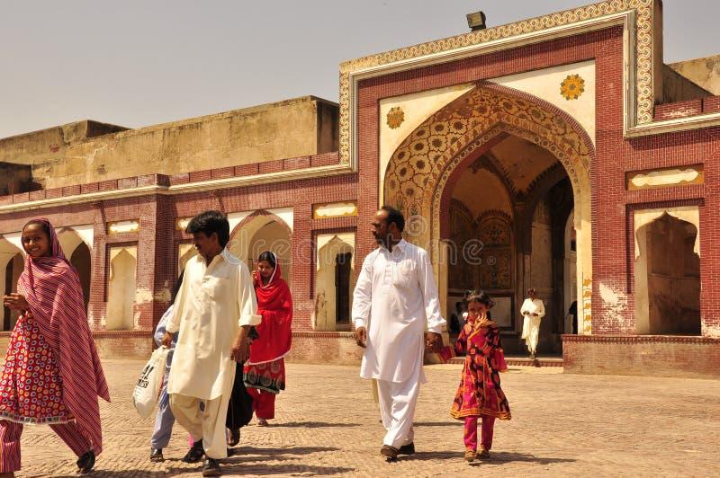 Famille visitant le vieux fort de Lahore image stock