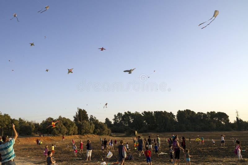 Familles assistant à un festival coloré de cerfs-volants images libres de droits