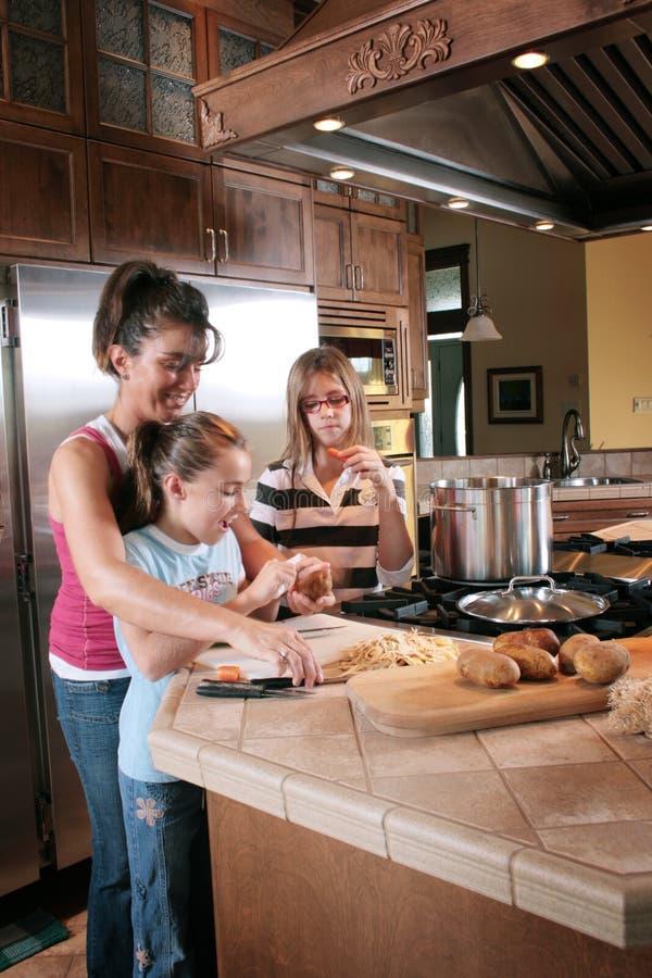 familly подготовлять ужин стоковое изображение rf