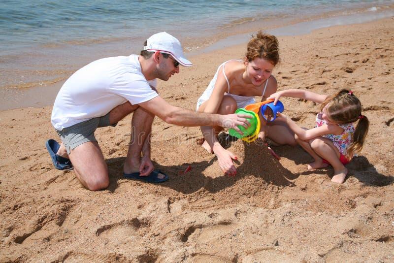 Familly auf Strand lizenzfreie stockfotos