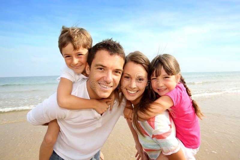 Familly que se coloca en la playa fotos de archivo libres de regalías