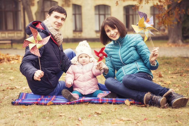 Family& amoroso felice x28; madre, padre e piccolo kid& x29 della figlia; outd fotografie stock libere da diritti