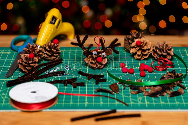 Family Hoilday Crafting Kerstversieringen maken van pijnbomen Een zeer rode, noteerde rendier. Veel ruimte voor kopiëren stock afbeeldingen