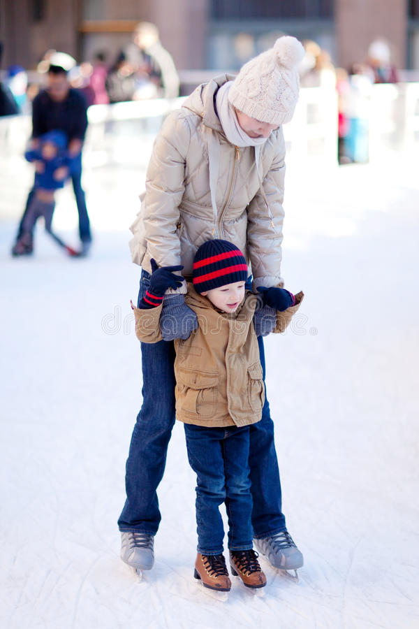 Free Family Ice Skating Royalty Free Stock Photography - 35110067