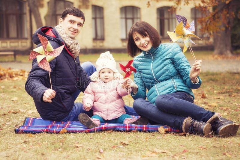 Family& loving feliz x28; mãe, pai e kid& pequeno x29 da filha; outd fotos de stock royalty free