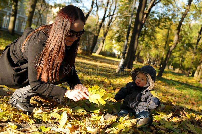 Familyy nella sosta in autunno immagini stock