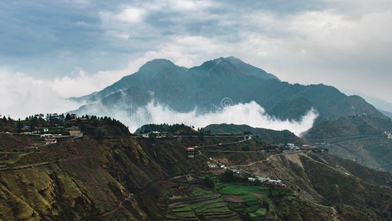 Faming autour de la montagne et du nuage photo libre de droits