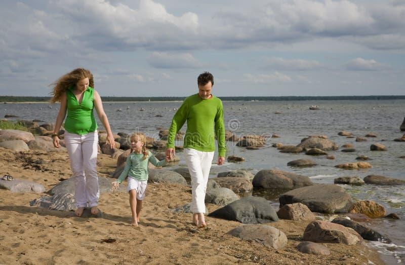 Fammily auf dem Strand stockfotos
