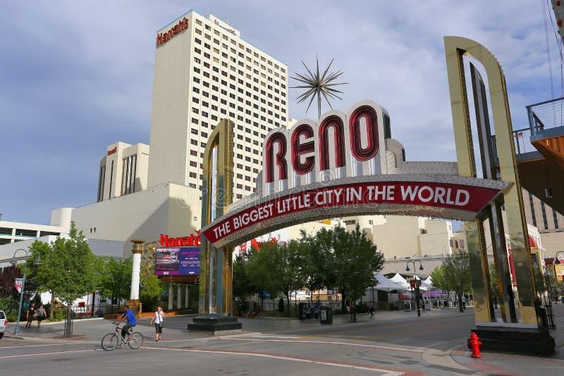 Famoso a cidade pequena a mais grande no mundo assina sobre a rua de Virgínia em Reno, Nevada, EUA fotografia de stock