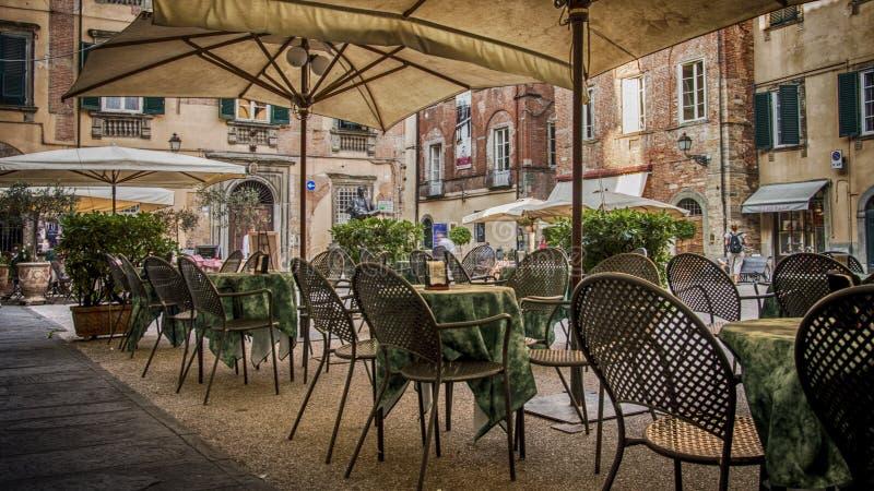 Famoso compositor italiano Giacomo Puccini monumento y café en la Plaza Cittadella en Lucca, Toscana, Italia fotos de archivo