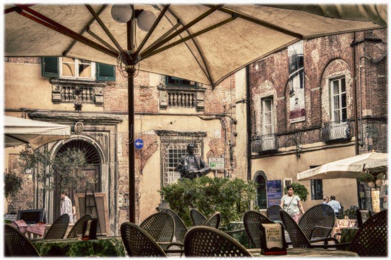 Famoso compositor italiano Giacomo Puccini monumento y café en la Plaza Cittadella en Lucca, Toscana, Italia imágenes de archivo libres de regalías