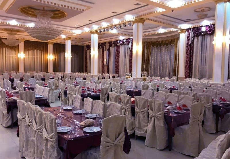 Famoso para a celebração do casamento Interior branco bonito com cortinas brancas imagens de stock