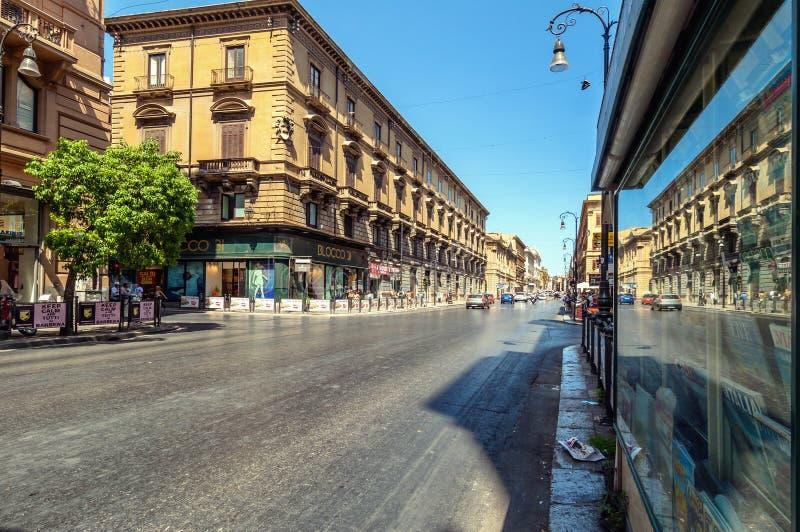 Famoso vía Roma en Palermo, Sicilia, Italia foto de archivo