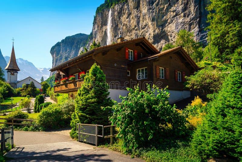 Famoso villaggio turistico di montagna con cascate e case tradizionali fotografie stock libere da diritti