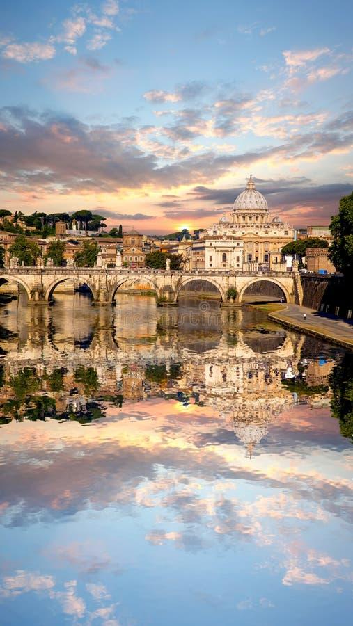 Famous Basilica di San Pedro en el Vaticano, Roma, Italia fotografía de archivo libre de regalías