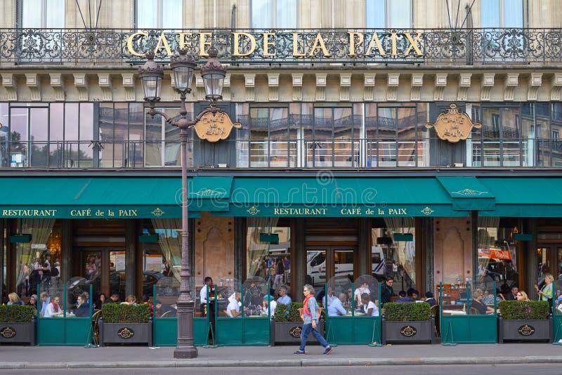 Famous Cafe de la Paix avec se reposer de personnes et de touristes extérieur à Paris, France photographie stock