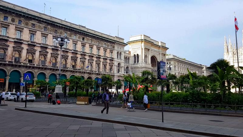 Famous Piazza del Duomo με τους τουρίστες, αρχαία γοτθική αρχιτεκτονική, Μιλάνο στοκ εικόνες