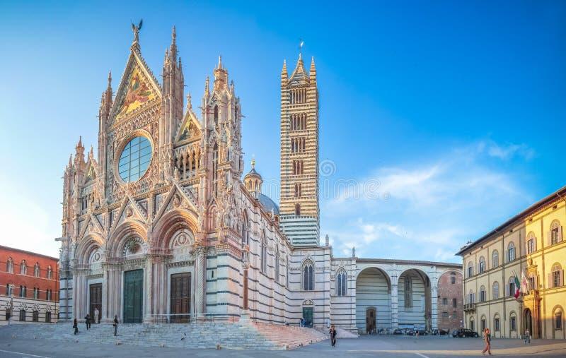 Famous Piazza del Duomo con Siena Cathedral histórica, Toscana, Italia imágenes de archivo libres de regalías