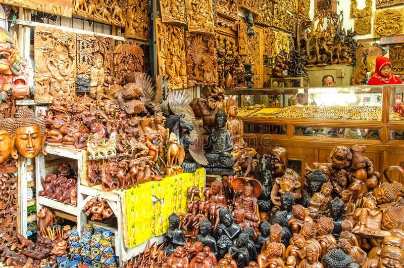 Famous souvenirs at Ubud Market royalty free stock photos