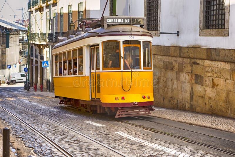 Famouse gul spårvagn i den äldsta delen av Lissabon - Alfama, Portugal arkivfoto