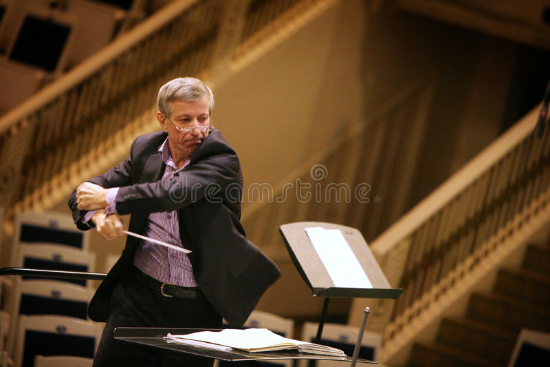 Famouse rysk orkesterledare Valery Halilov i den Chaikovsky konserthallen i Moskva fotografering för bildbyråer