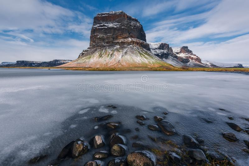 Famouus piękna góra w Iceland otaczał lodem zdjęcie royalty free