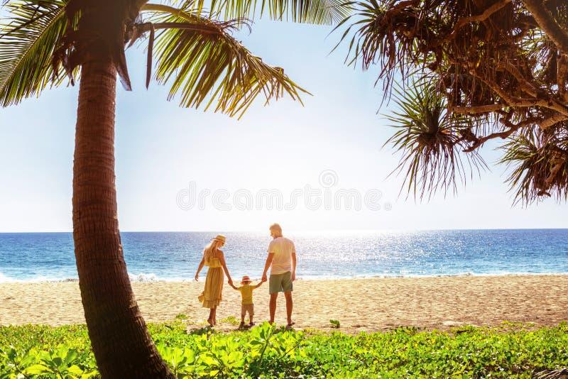 Famyly στην ειδυλλιακή τροπική ταϊλανδική παραλία θάλασσας στοκ εικόνα