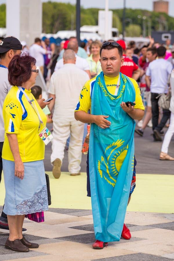 Fanático del fútbol con la bandera de Kazajistán en los campeonatos del mundo imagen de archivo