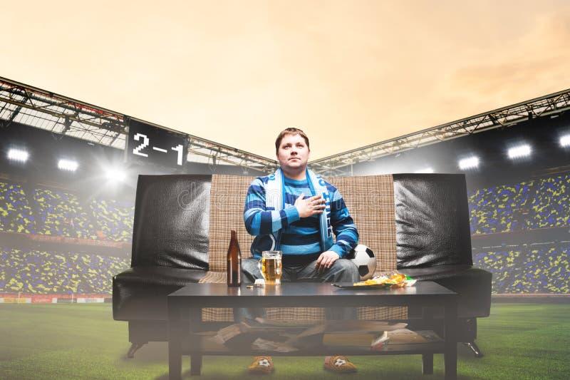 Fanático del fútbol en el sofá en el estadio fotografía de archivo libre de regalías