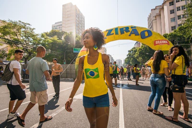Fanático del fútbol femenino brasileño joven fotos de archivo