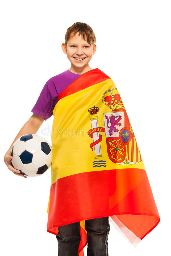Fanático del fútbol sonriente envuelto en bandera española foto de archivo