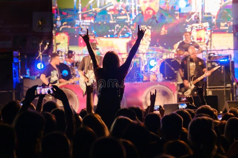 Fanáticos de conciertos de música rock en directo animando imagen de archivo