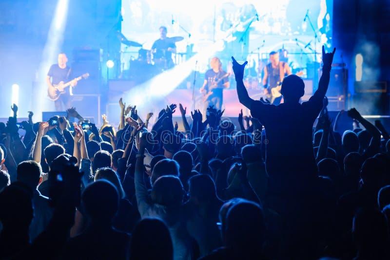 Fanáticos de conciertos de música rock en directo animando foto de archivo libre de regalías