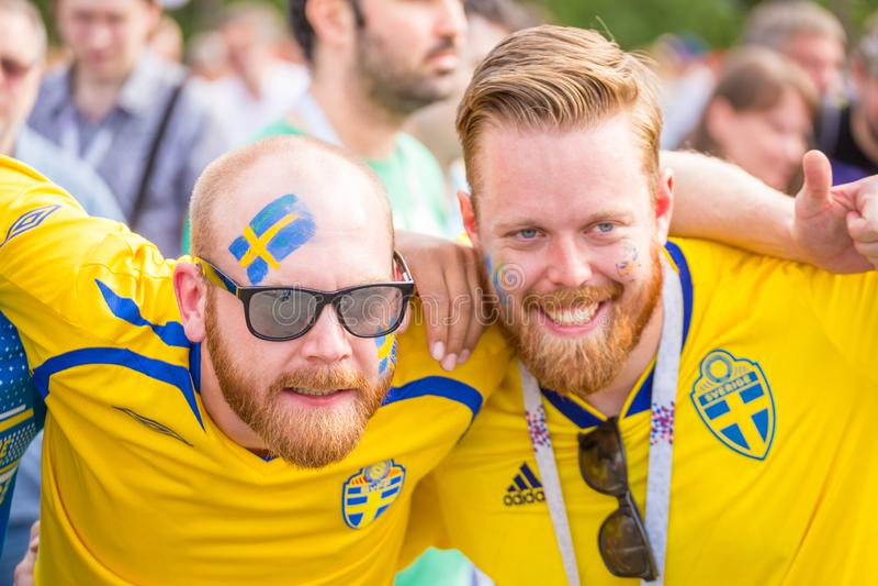 Fanáticos del fútbol de Suecia con las caras pintadas en colores nacionales antes del partido Inglaterra Suecia en el mundial fotos de archivo libres de regalías