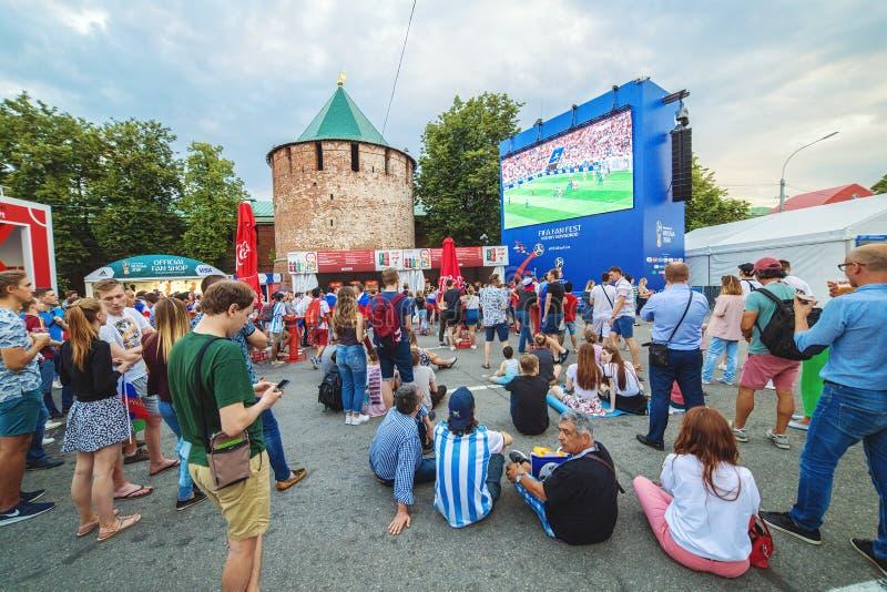 Fanáticos del fútbol en el cuadrado del ` s de Minin wathing la retransmisión en directo del partido de fútbol imágenes de archivo libres de regalías