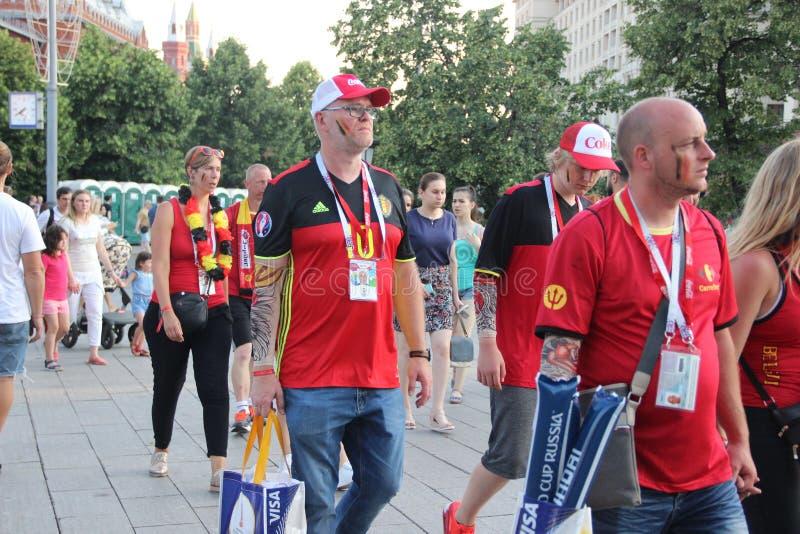 Fanáticos del fútbol en las calles de Moscú imagenes de archivo