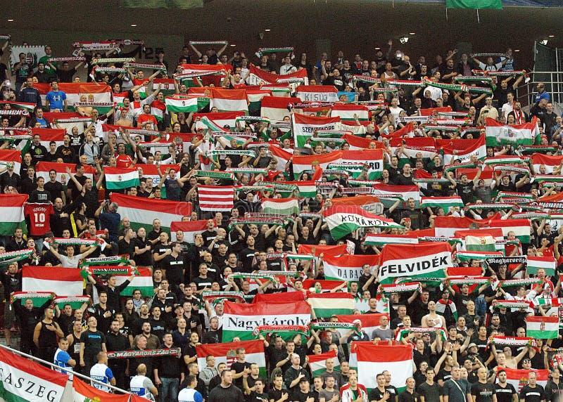 Fanáticos del fútbol húngaros en Rumania-Hungría imagenes de archivo