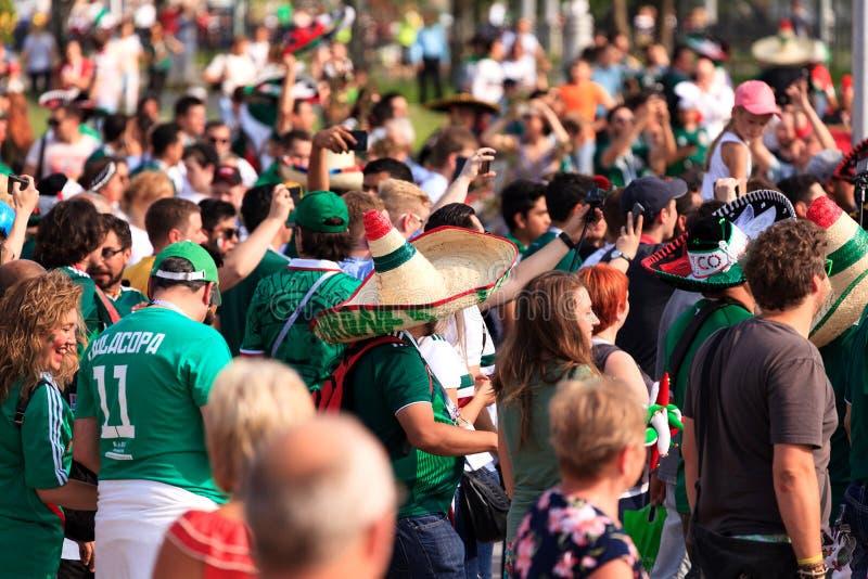 Fanáticos del fútbol mexicanos en las calles de Ekaterimburgo fotos de archivo
