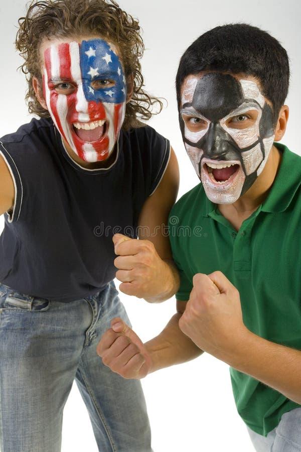 Fanáticos del fútbol que anima. fotografía de archivo