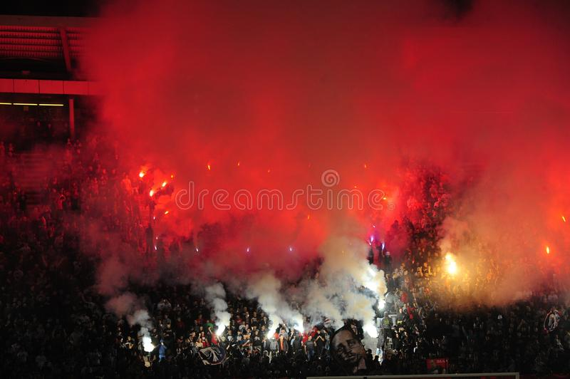 Fanáticos del fútbol que celebran meta foto de archivo