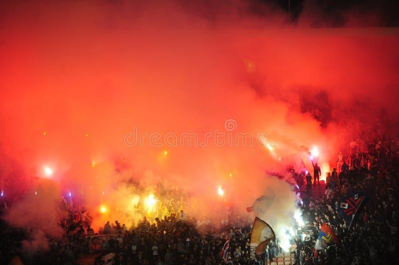 Fanáticos del fútbol que celebran meta imagen de archivo