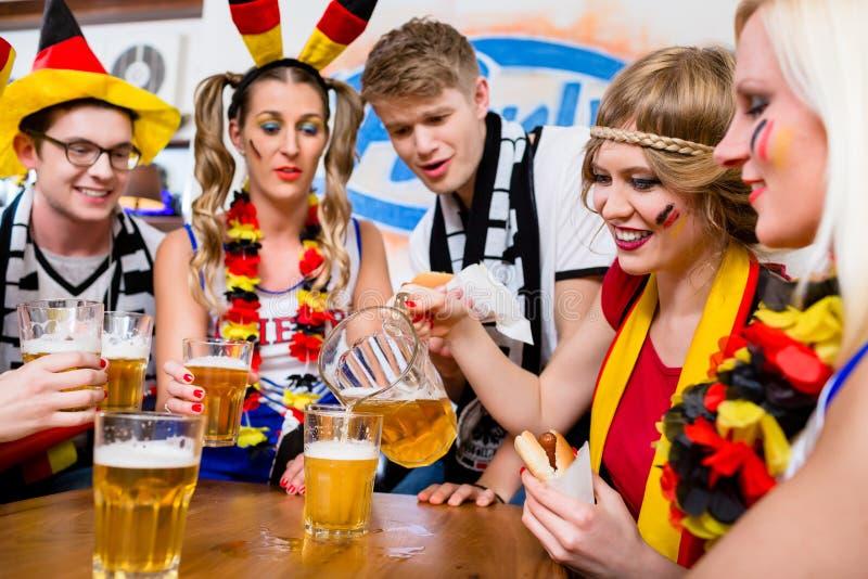 Fanáticos del fútbol que miran un juego del equipo nacional alemán imágenes de archivo libres de regalías