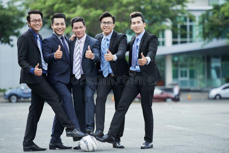 Fanáticos del fútbol que presentan para la fotografía foto de archivo libre de regalías