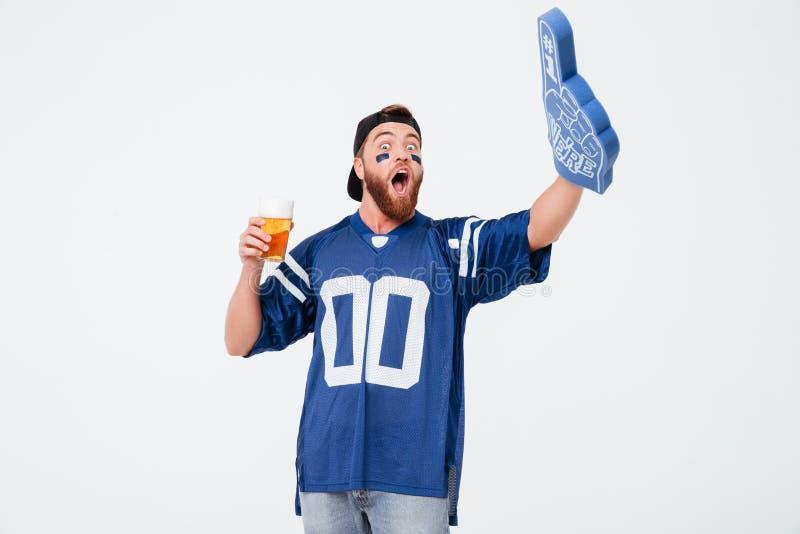 Fan émotive d'homme en bière potable de T-shirt bleu photographie stock libre de droits