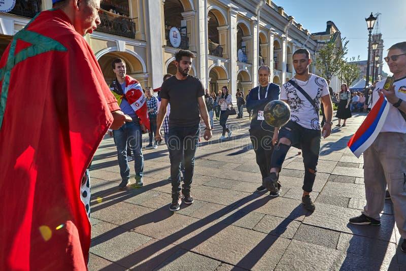 Fan bawić się z piłki nożnej piłką na ulicie, St Petersburg, Rosja obraz stock