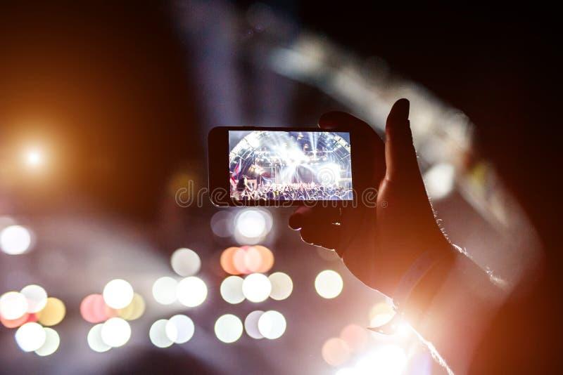 Fan bierze fotografię koncert przy festiwalem zdjęcia royalty free