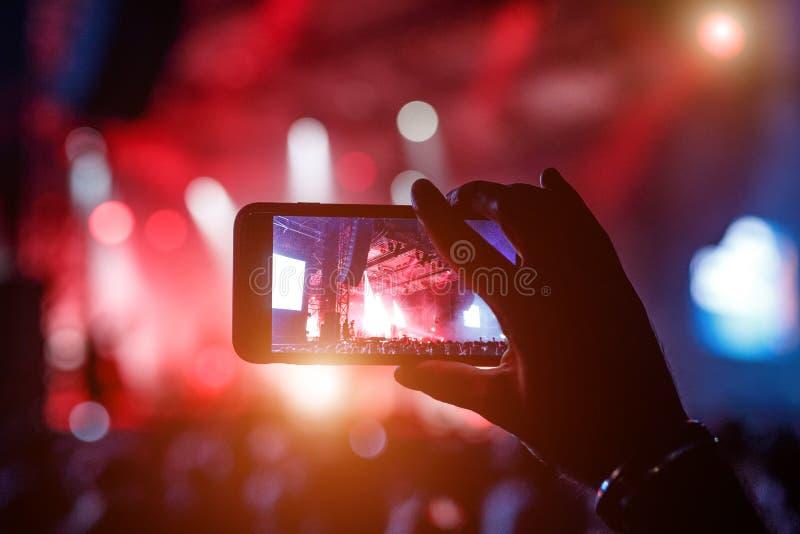 Fan bierze fotografię koncert przy festiwalem fotografia stock