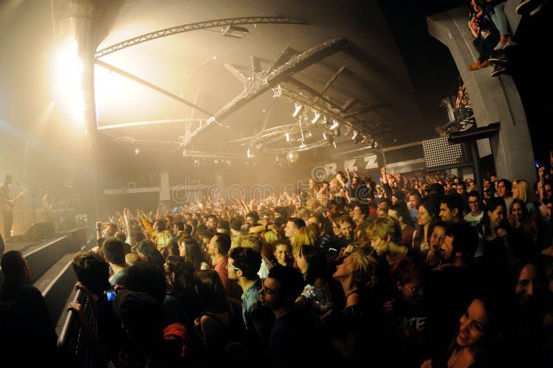 Fan Bloc Party zespół przy Razzmatazz klubami. fotografia stock