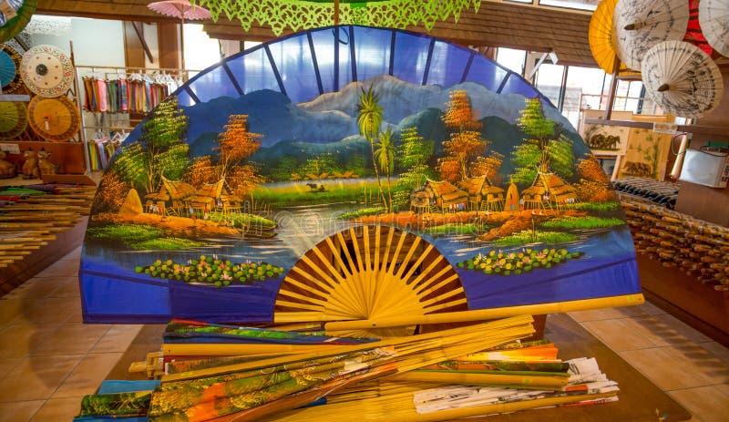 Fan colorida tailandesa grande en venta, Tailandia imagenes de archivo